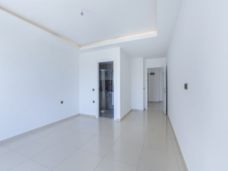 Large and bright apartment with quality repairs title=